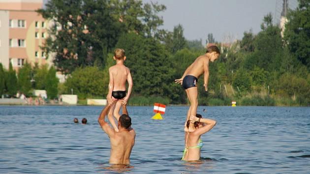 Olbersdorfské jezero je mělké, tudíž si vodních radovánek užijí i neplavci. Bójky označují místa, kde už člověk nestačí.