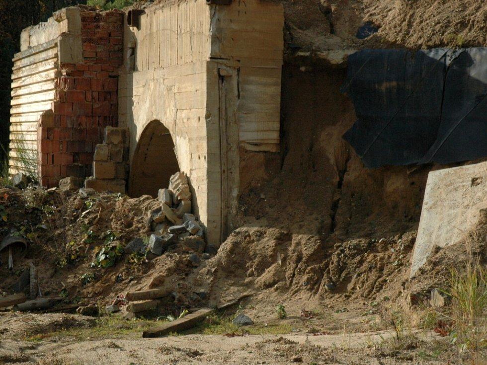 Ani čtrnáct let po skončení těžby uranu v Hamru na Jezeře doposud nezmizely budovy, které sloužily těžařům. Všechna tato místa jsou v drtivé většině kontaminována slabou dávkou radioaktivity. Budovy postupně rozebírají místní lidé.