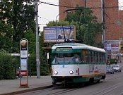 Poslední dvojice tramvají typu T2R v pravidelném provozu jezdí v Liberci. Na snímku jeden z těchto vozů 12. září 2008 na Rybníčku