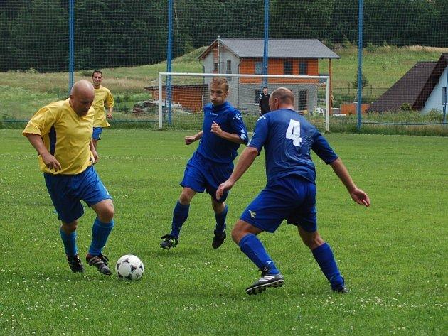 VESEC V ÚTOKU. Vlastimil Lindauer s míčem u nohy se snaží vyzrát na studáneckého Milana Bufku.