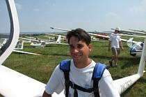 HODKOVICKÝ PILOT VĚTRONĚ. Mistr republiky Louda s padákem na letišti.