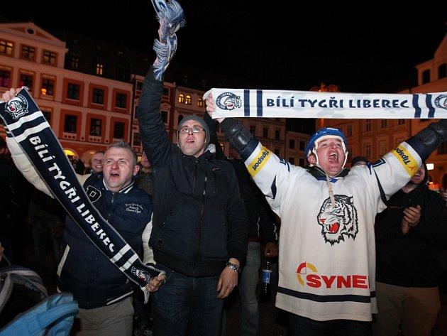 Liberečané fandili hokejistům na náměstí před radnicí.