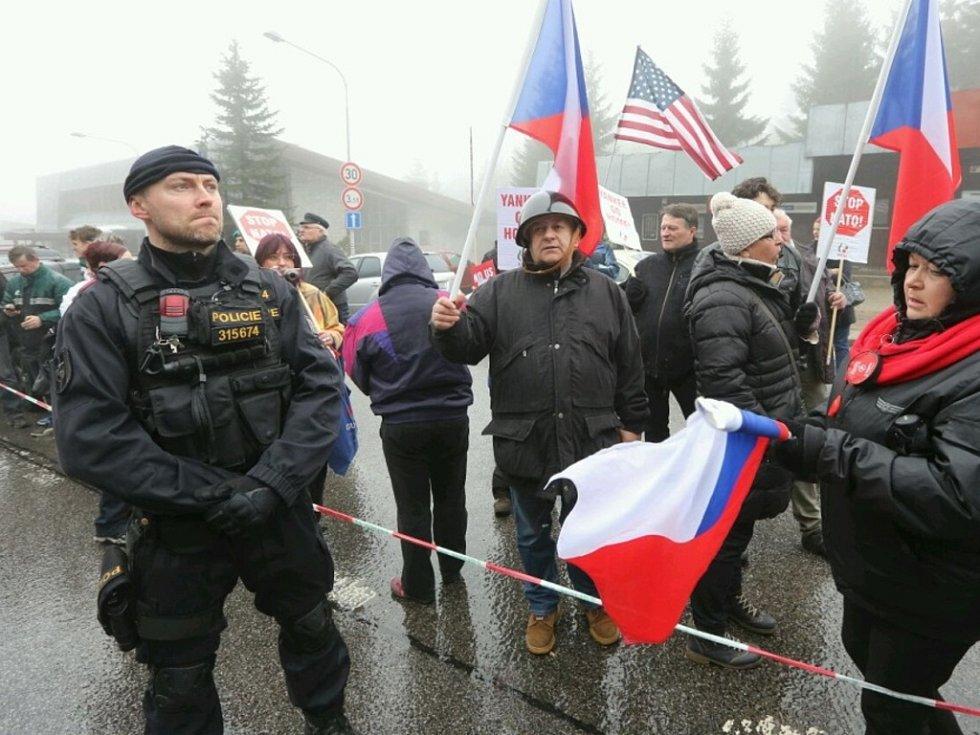 Příznivci i odpůrci amerického vojska na hraničním přechodu v Harrachově.