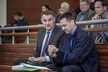 Hejtman Libereckého kraje Martin Půta (vlevo) u soudu. Ilustrační fotografie.