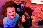 """MOŘE NEBO SOLNÁ JESKYNĚ? Děti z Vratislavic mají jasno. """"Je to super,"""" odpovídají na otázku, jak se jim tu líbí."""