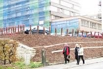 Univerzita upravila zanedbaný kout v Rumjancevově ulici. Vzniklo nových 15 míst.