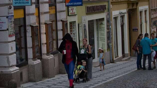 Pavoučí hrdina brouzdá Libercem. Recesista, nebo hlavní hrdina?