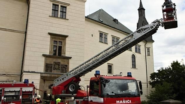 DESÍTKY HASIČŮ zasahovaly u simulovaného požáru. Na bezpečnost dohlížela i policie.