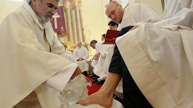 OMÝVÁNÍ NOHOU. Tradiční mše , která se koná dnes na Zelený čtvrtek je spojena s omýváním nohou na znamení pokory a úcty k druhému. Bude se konat i dnes v Hejnicích.