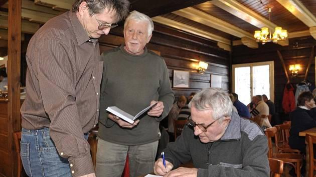 JIZERSKOHORSKÝ KŘEST. V těchto dnech pokřtil Jizerskohorský spolek dvojici nových knížek. Přírodu Frýdlantska a Píseň o lese.