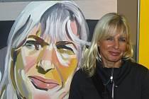 Na vernisáž přišla také maminka autora Dagmar Harantová, která zapózovala před portrétem, kterým jí zobrazil její syn.