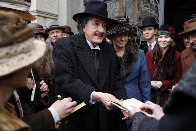 Seriál Génius se z velké části natáčel i na liberecké radnici, na náměstí Edvarda Beneše nebo před Severočeským muzeum.