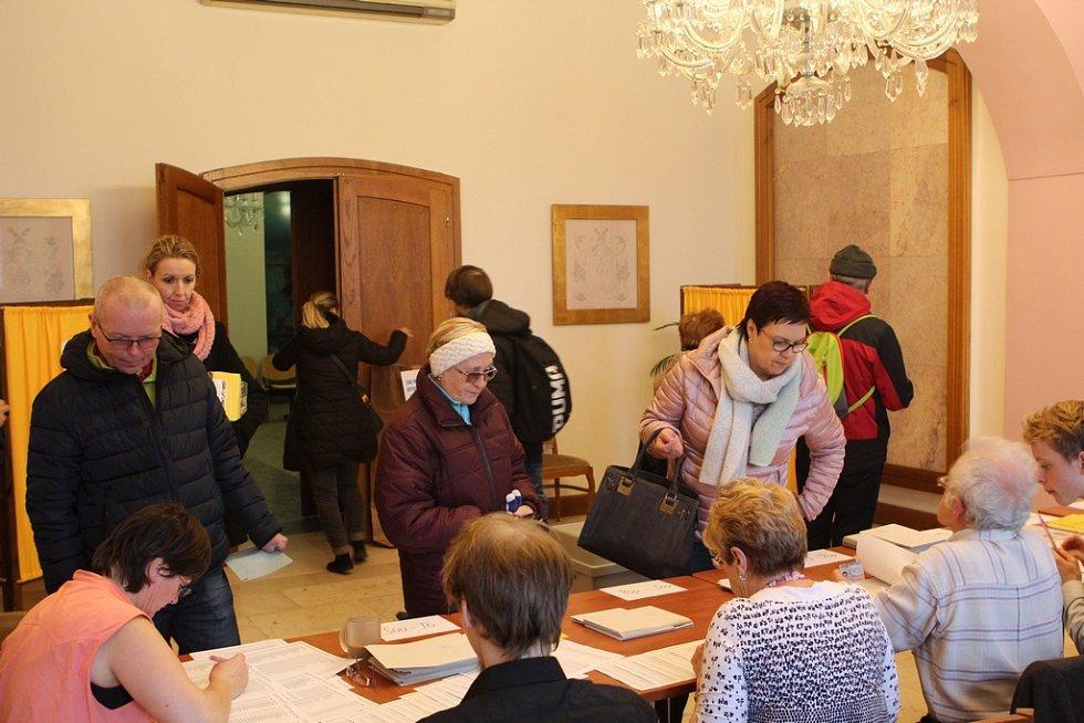 Volební okrsek číslo jedna na radnici v České Lípě, kde je rušno od samého začátku voleb.