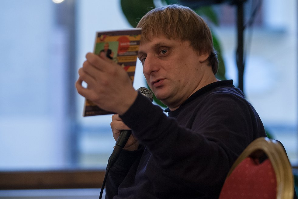 Autorské čtení a autogramiáda Lukáše Pavláska, herce a komika známého z pořadu Na stojáka, proběhlo 25. října v kavárně Pošta v Liberci.