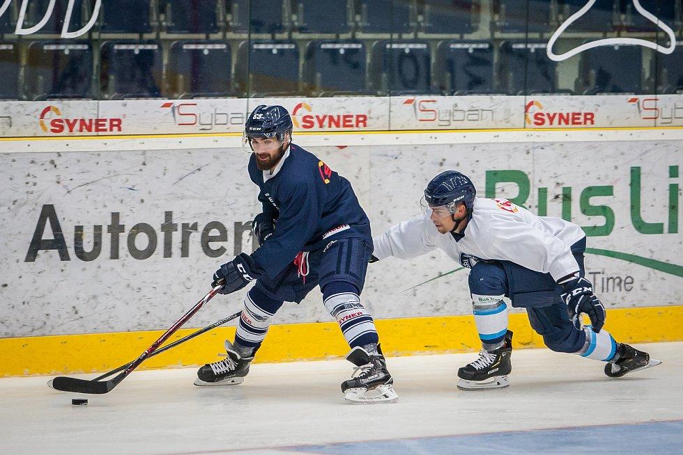 První trénink sezony 2018/19 na ledě hokejistů extraligového týmu Bílí Tygři Liberec proběhl 16. července v Liberci. Na snímku vlevo je Marek Zachar.
