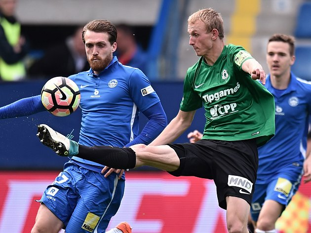 Zleva Milan Kerbr z Liberce a Ondřej Mihálik z Jablonce v podještědském derby.