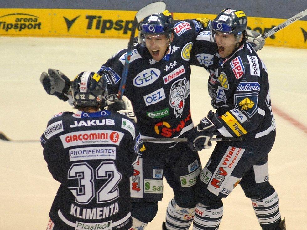 RADOST. Liberečtí hokejisté Plodek a Klimenta se radují z gólu, který dal v utkání 20. kola hokejové extraligy proti Třinci obránce Hunkes.