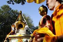 BUDDHA PRO stúpu. Samotné svěcení stúpy začalo donesením posvátné sochy Buddhy.
