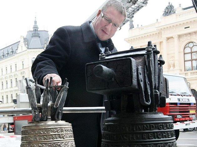 Zvon z roku 1692, kterým ohlašovali požár ve městě a okolí se po zrestaurování vrátil na své místo. Pořáry se niím již neohlašují, ale je nedílnou součástí liberecké Radnice.