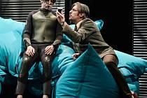 ABSOLVENT poslední premiéra loňské sezóny je velkou hereckou příležitostí pro všechny účinkující. Na snímku Jakub Albrecht (vlevo) a Martin Polách.