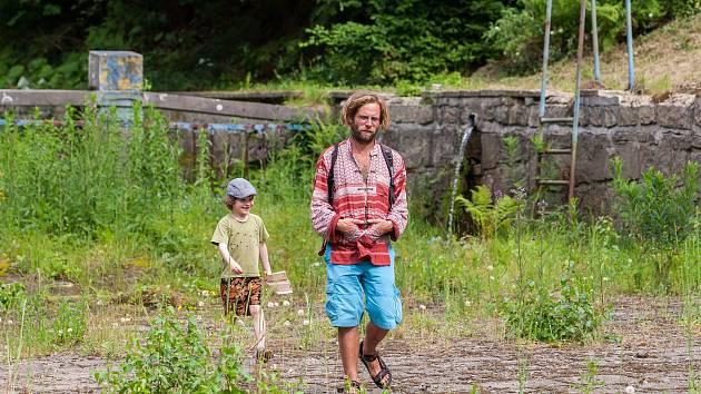 Lidé, kteří se účastnili veřejné debaty o budoucnosti lesního koupaliště v Liberci, si 22. června prohlíží jeho areál.