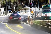 Už v neděli se objevilo na silnici těsně před uzavírkou nové značení (žluté) a došlo ke změně přednosti v jízdě.
