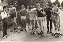 Na snímku běžci na lyžích s trenérem J. Honců.