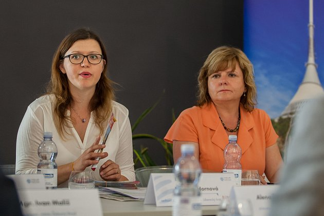 Moderovaná diskuze na téma 'Turistická sezóna vLibereckém kraji' proběhla 24.května vOblastní galerii Liberec za účasti hejtmana Libereckého kraje Martina Půty a dalších hostů. Na snímku zleva Eva Hornová a Květa Vinklátová.