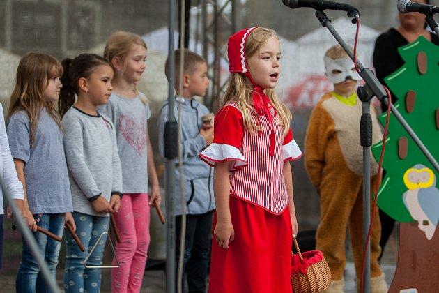 Festival Talentu proběhl 13. června na náměstí Dr. E. Beneše v Liberci. Při pěveckých a inscenačních představeních se zde předvedly děti z mateřských, základních a základních uměleckých škol. Na snímku hrají děti představení Červená Karkulka.