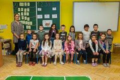 Prvňáci z 1. A Základní školy Barvířská v Liberci se fotili do projektu Naši prvňáci. Na snímku je s nimi třídní učitelka Štěpánka Lacinová.