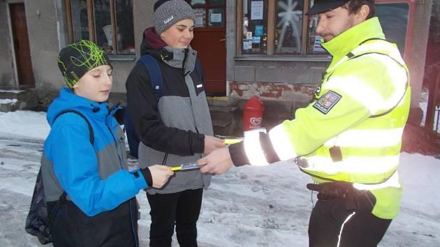 Policie rozdávala bezpečnostní pásky i pokuty.