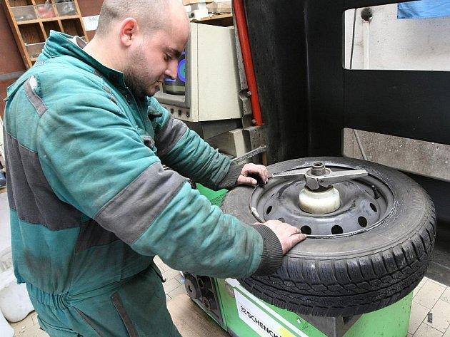 Přezouvat zimní pneumatiky ještě odborníci nedoporučují.