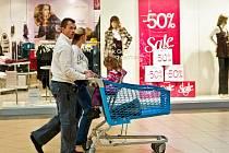 POUTAČE LÁKAJÍCÍ NA VÝRAZNÉ slevy útočí již několik dní na nakupující v obchodech po celém Liberci. Povánoční výprodeje se totiž rozjely naplno. S výraznou slevou tak můžete pořídit drogerii, kosmetiku, hračky, elektroniku nebo i sportovní zboží.