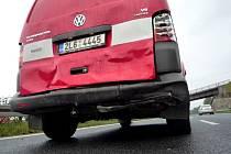 Hasiči vyjeli k dopravní nehodě, zezadu do nich ale narazila Škoda Fabia.