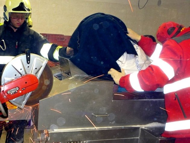 Ženě uvízla v drtiči ruka, hasiči ho museli rozřezat.