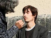 V centru Liberce nataáčí režisér Jan Hřebejk nový film s A.Geislerovou v hlavní roli. Jako scéna filmařům posloužil kostel sv.Antonína a Sokolovské náměstí, kde zřídili provozovnu oční optiky.
