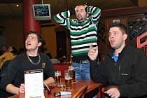 Fanoušci v liberecké restauraci podporují české hokejisty.