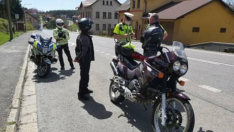 Hezké počasí vylákalo motorkáře v kraji na projížďky. Kontrolovali je policisté