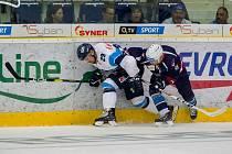 Přátelské utkání Bílých Tygrů Liberec (ve světlém) proti Pirátům Chomutov. Na snímku vlevo je Lukáš Krenželok.