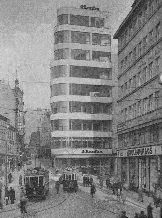 Dům Baťa na historické fotografii.
