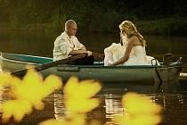 DANIELA A KAMIL SANDLEITEROVI se vzali v zámecké kapli na Hrubém Rohozci. Hostinu měli ve Vesci pod Kozákovem, kde se fotili na místním rybníku.
