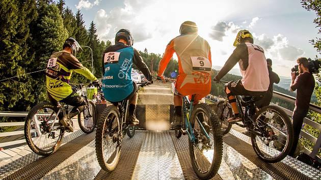 Finále závodu světové série horských kol ve fourcrossu JBC 4X Revelations v loňském roce