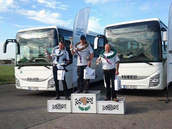 EJOBRATNĚJŠÍM řidičem autobusu se stal Ladislav Tandler, který řídí autobus liberecké městské hromadné dopravy. Zvítězil mezi konkurencí téměř třicítky řidičů zcelého Česka.