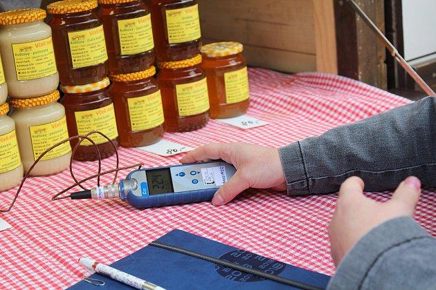 Ve čtvrtek 19.července vyrazily pracovnice Státní veterinární správy na kontrolu trhovců na farmářských trzích vKostelní ulici. Zaměřily se na kontrolu živočišných produktů. Na snímku teploměr.