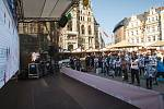Fanoušci fandí Bílým Tygrům na náměstí před libereckou radnicí při druhém finálovém utkání proti Třinci.