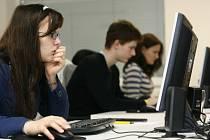 STŘEDOŠKOLÁCI SE O PRÁCI BÁT NEMUSÍ. Podle statistik počty nezaměstnaných absolventů stále klesají.