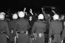 SAMETOVÁ REVOLUCE neprobíhala pouze v Praze na Národní třídě, ale ve všech částech republiky. Archivní foto.