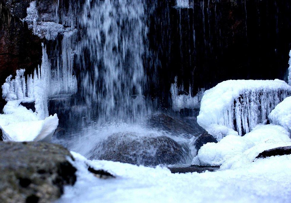 Tříštící voda o kámen na Jedlové.