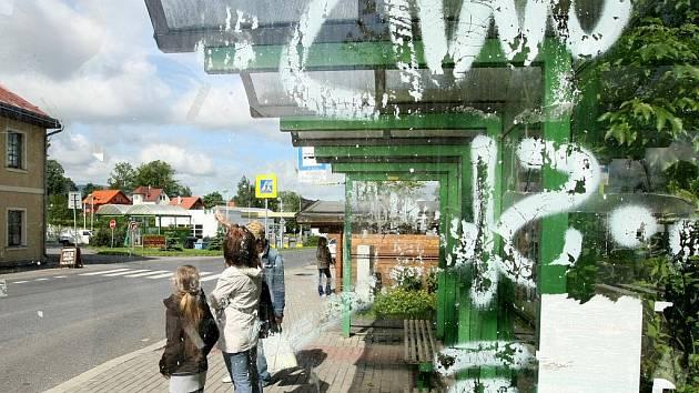 KRYTÉ ZASTÁVKY BÝVAJÍ TERČEM VANDALŮ. Liberecké autobusové zastávky často ničí sprejeři a další vandalové. Brzy je začne dávat do pořádku místo města Dopravní podnik města Liberce.