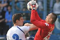 STOPER SLOVANU RENATO KELIĆ. Ve vzdušném souboji se střetl s gólmanem Slovácka Filipkem. Podle informací by měl Kelić odejít v létě do švýcarského klubu Young Boys Bern.